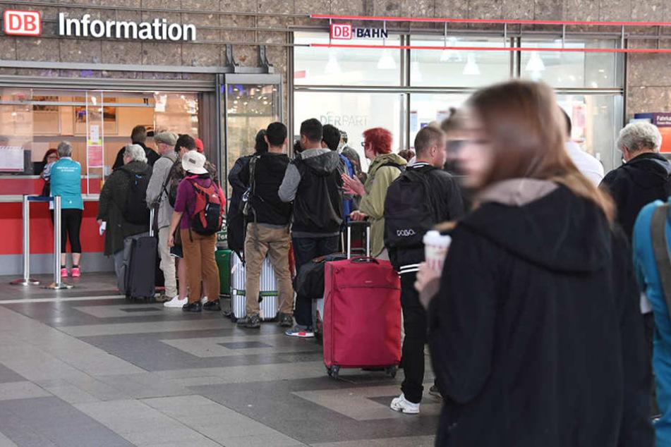 Bahnfahrer, die von Berlin nach Hannover und Hamburg wollen, müssen wegen einer Umleitung mit Verspätungen rechnen. (Symbolbild)