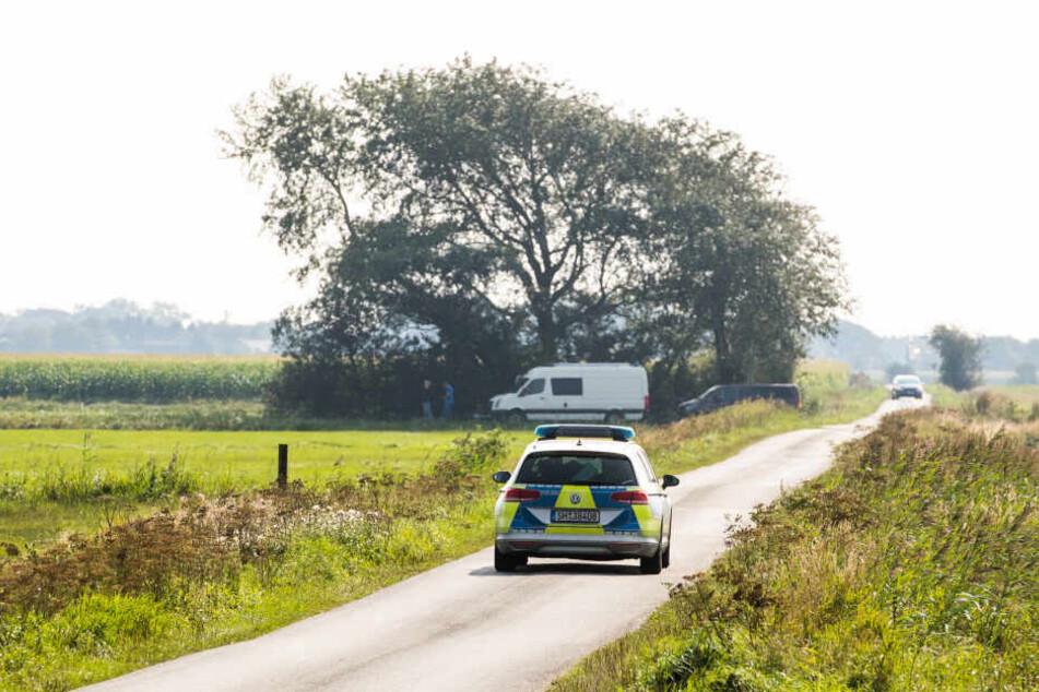 Die Polizei sichert Spuren am Fundort einer weiblichen Leiche.