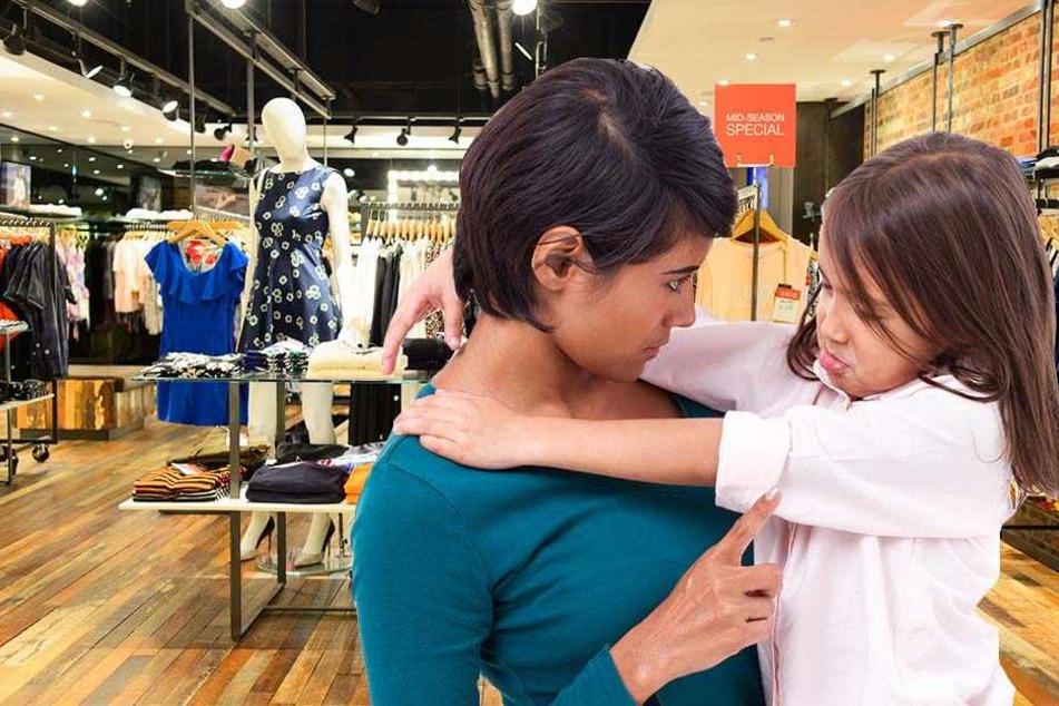 Eine Mutter gab ihrer achtjährigen Tochter drei Jeans in die Hand und schickte sie damit aus dem Laden.