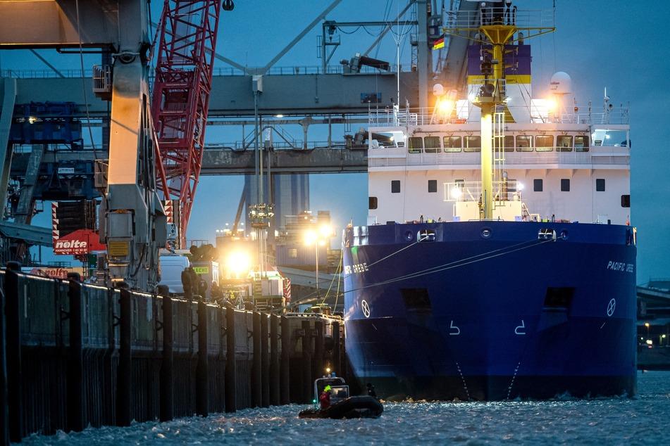 """Das Spezialschiff """"Pacific Grebe"""" liegt am Hafen."""