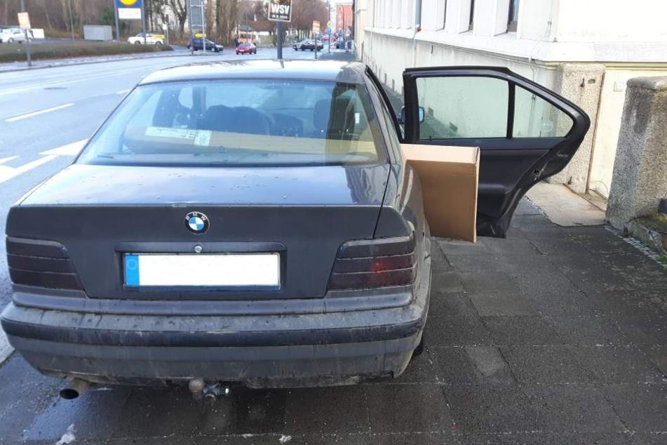 Wie das Paket auch gedreht wurde, so richtig passte der Riesen-Fernseher nicht in den BMW.