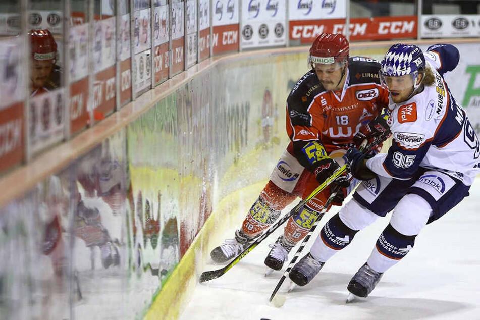 Eispiraten-Stürmer Bernhard Keil (l., gegen Riessersees Simon Mayr) wurde vom Verein für sein Fehlverhalten hart bestraft.