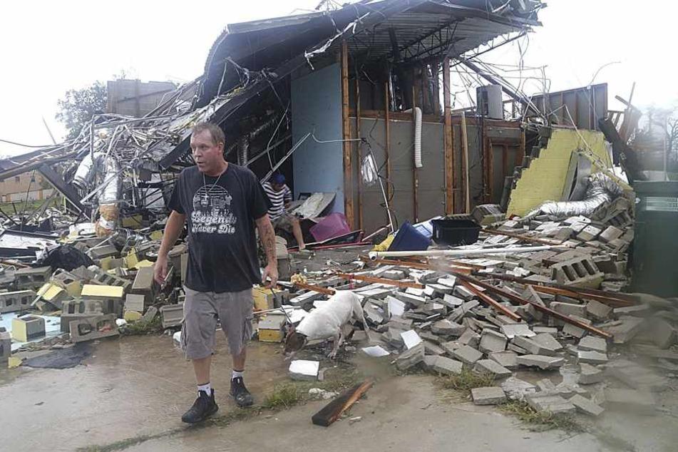 """Brian Bon inspiziert Schäden in der Innenstadt, nachdem der Hurrikan """"Michael"""" in dem Gebiet auf Land getroffen war."""