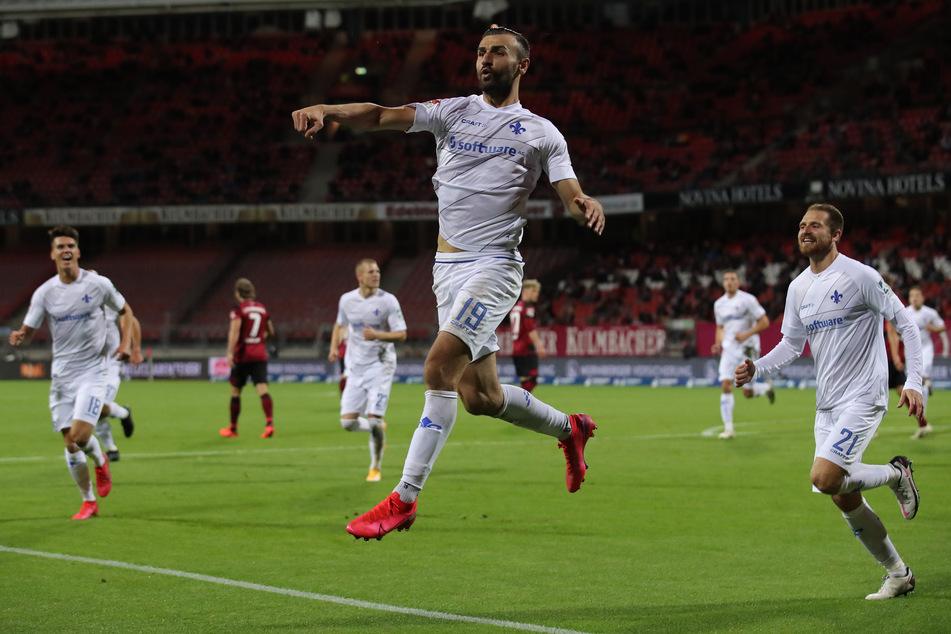 Darmstadts Serdar Dursun (m.) bejubelt seinen Treffer zum zwischenzeitlichen 1:1.