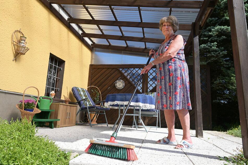 Gudrun Möckel (81) ließ die Betrüger abblitzen und reinigt ihre Terrasse lieber selbst.
