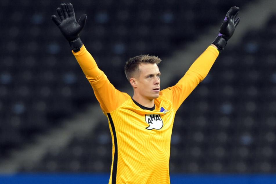 Alexander Schwolow (28) reißt jubelnd die Arme nach oben. Dieses Gefühl möchte der Hertha-Torwart in Zukunft gerne öfters erleben.