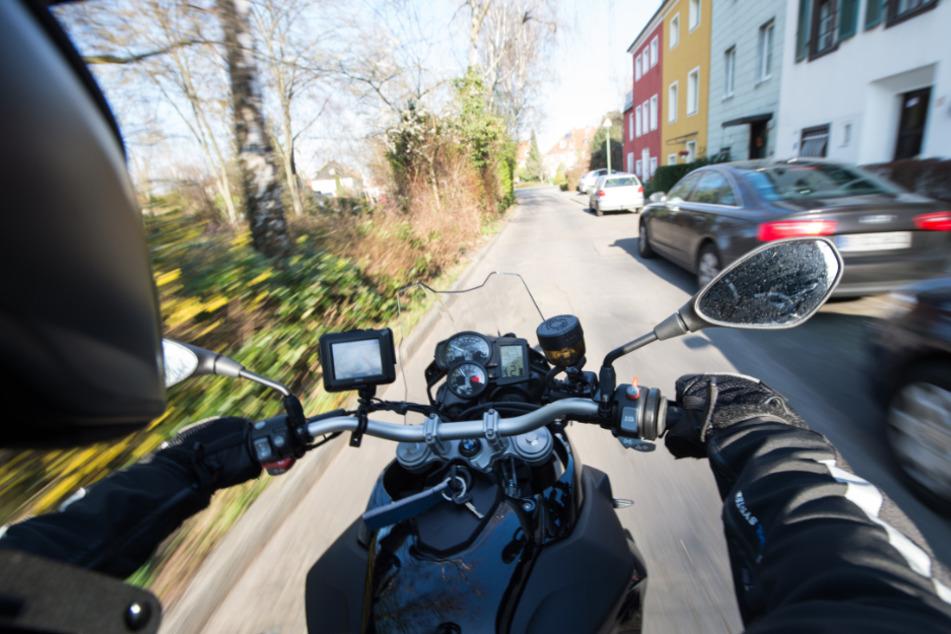 Motorradfahrer prallt gegen Baum und stirbt noch an der Unfallstelle