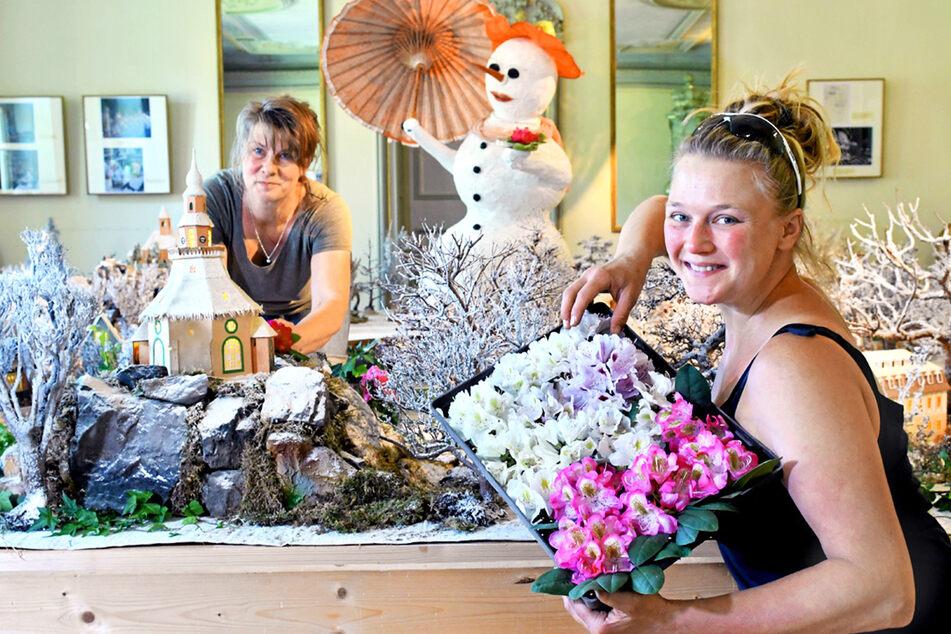 Die Gärtnerinnen Heike Bernert (51, l.) und Sylvia Bär (35) schmücken die Winterausstellung mit frischen Rhododendronblüten.