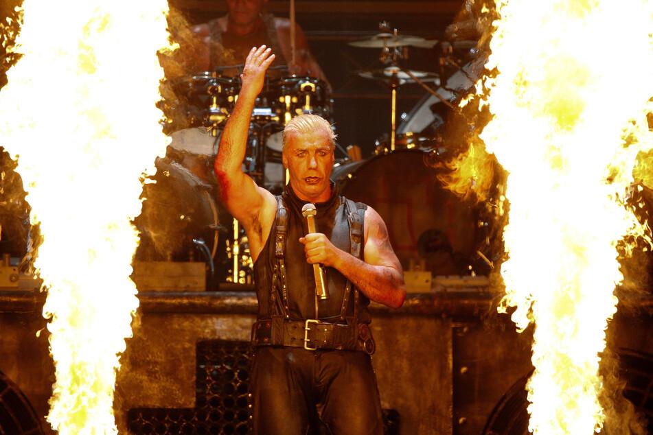 Till Lindemann, Sänger der Band Rammstein steht beim Wacken Open-Air Festival (WOA) auf der Bühne.