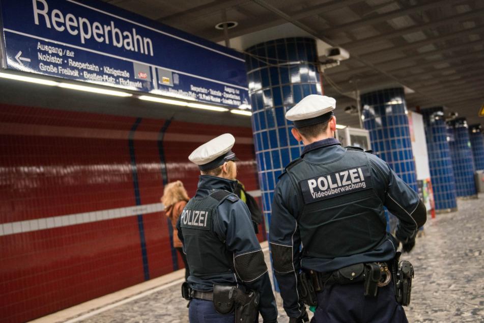 Schock an Reeperbahn: Mann stürzt auf Bahngleise