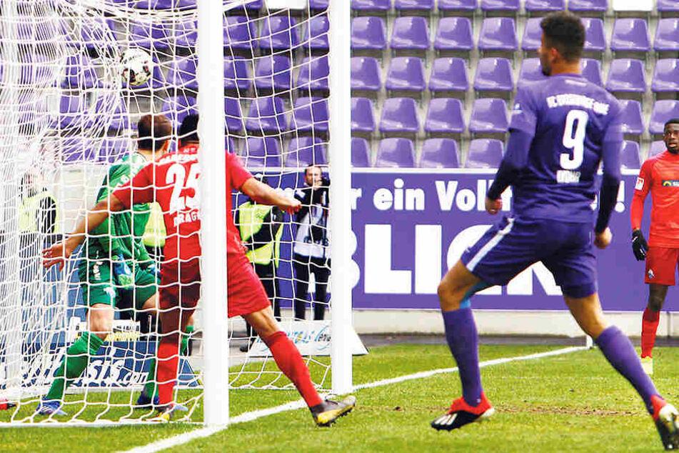 Emmanuel Iyoha (r.) hat bisher drei Tore für den FCE Aue erzielt. Hier trifft er gegen den SC Paderborn.