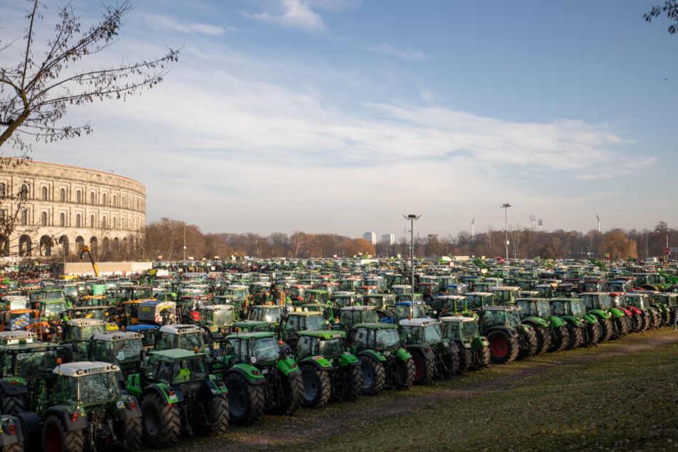 Zahlreiche Traktoren stehen während der Großdemonstration fränkischer Bauern auf dem Veranstaltungsgelände in Nürnberg.