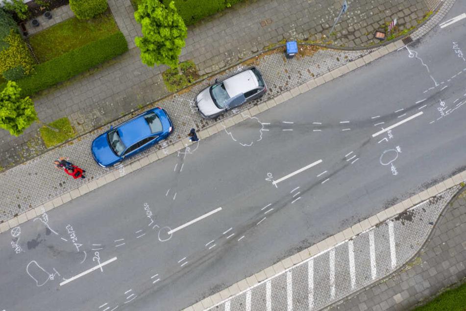 Weiße Markierungen durch die Polizei auf der Straße zeigen den Unfallhergang.