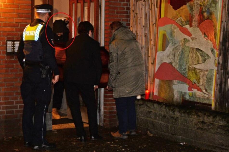 Hamburg: Hier trägt TV-Koch Tim Mälzer den Sarg von Jan Fedder († 64) aus der Wohnung