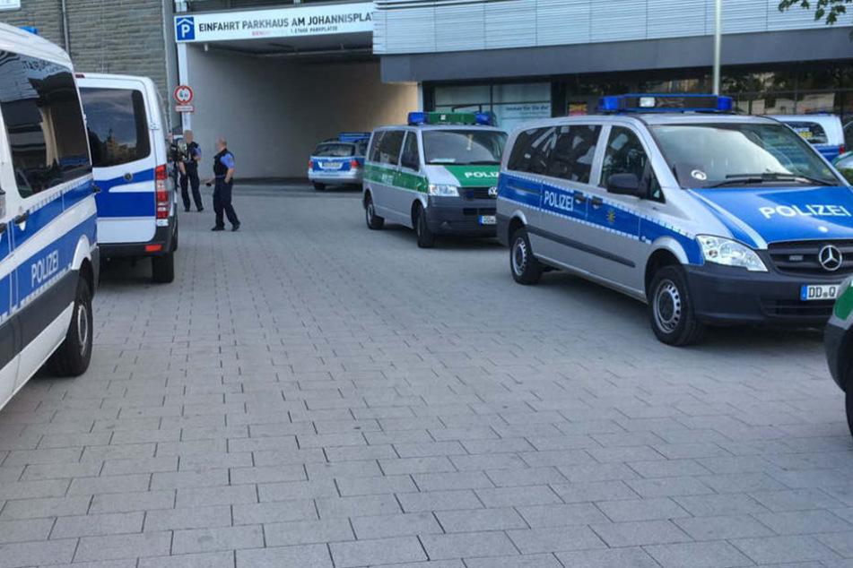 Die Polizei ist mit zahlreichen Mannschaftswagen am Johannisplatz angerückt.