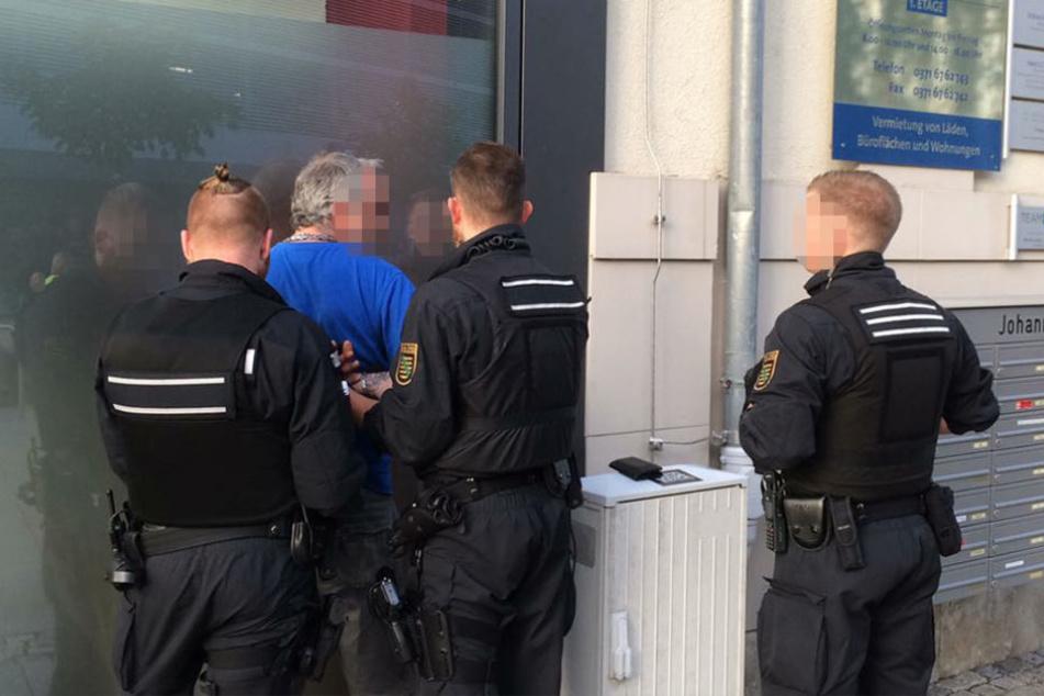 Ein offensichtlich alkoholisierter Mann versuchte die Polizeiabsperrung zu durchbrechen.