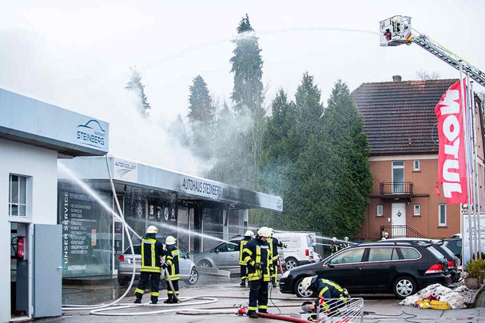 Mit einem Leiterwagen rückte die Feuerwehr aus.