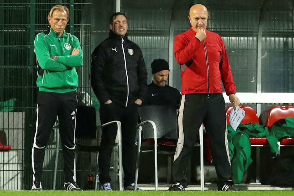 Kult-Trainer Christoph Daum (li.) trainierte die Mannschaft mit Lahm und Ärzten, Wissenschaftlern, Betroffenen und Prominenten.