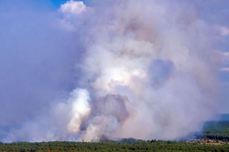 Dichter Rauch steigt Richtung Himmel auf.