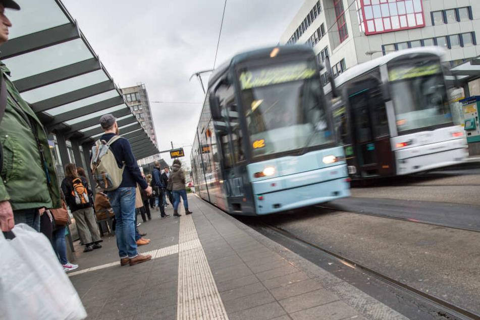 Laut Zeugenaussagen sei der Tatverdächtige in eine Straßenbahn der Linie 12 eingestiegen (Symbolbild).