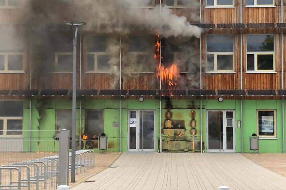 Das Feuer breitete sich im Eingangsbereich der Schule aus.