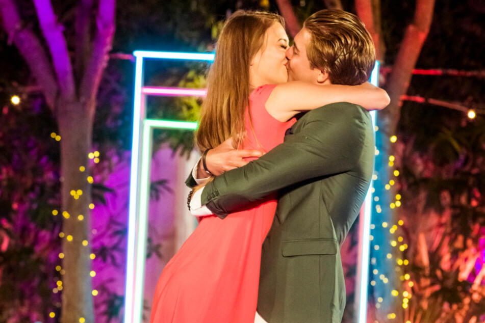 """Die Zuschauer kürten Melina Hoch (23) und Tim Kühnel (23) zu den Siegern von """"Love Island 2020""""."""