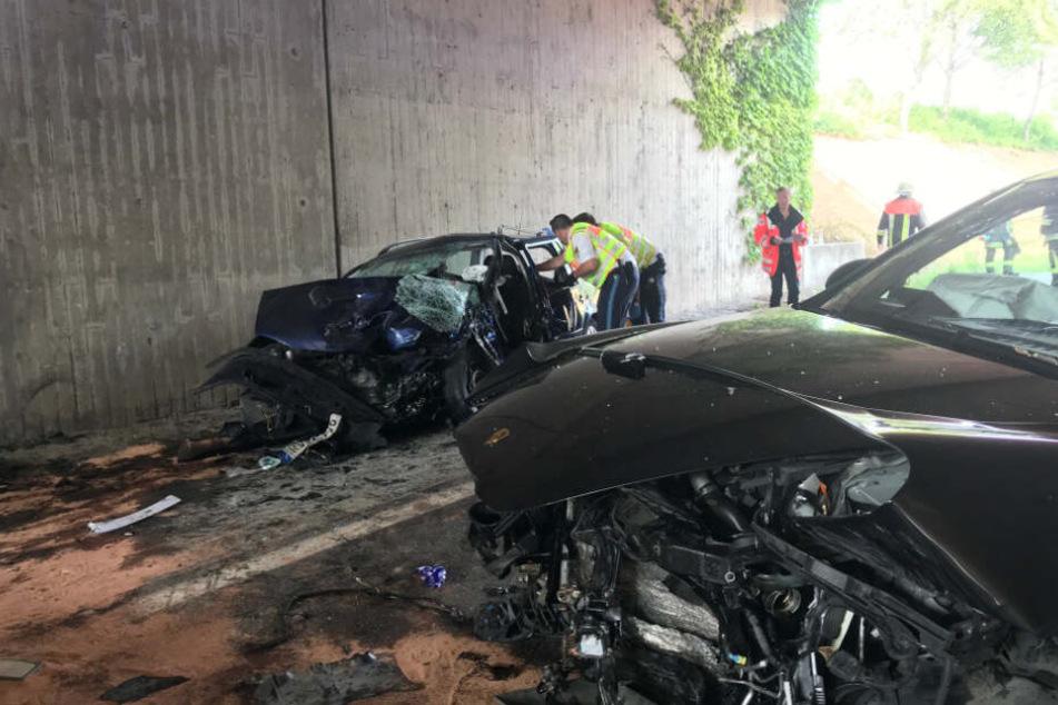 Tödlicher Unfall: Porsche-Fahrer gerät in Gegenverkehr, VW-Fahrer stirbt