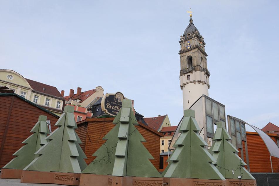 Umstrittene Barrikaden: Mit diesen Beton-Bäumen wird der Weihnachtsmarkt in Bautzen geschützt.