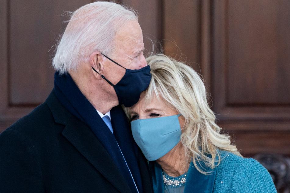 Joe Biden (78) und First Lady Jill Biden (69) umarmen sich, als sie am Nordflügel des Weißen Hauses ankommen.