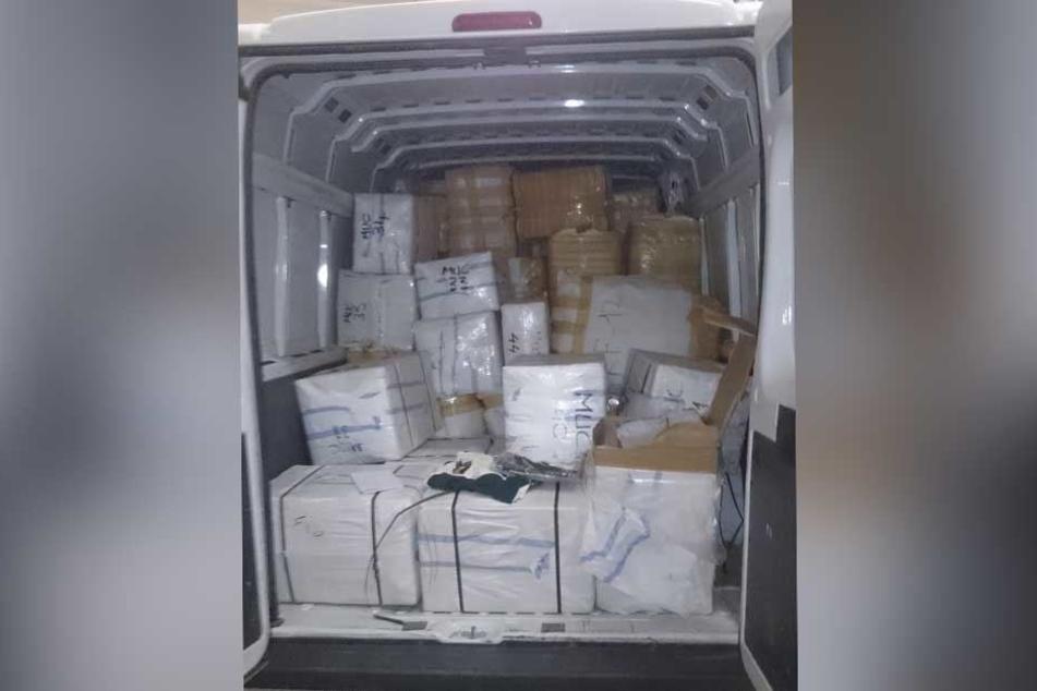 Kistenweise wurden gefälschte Markenprodukte in dem Transporter gefunden.