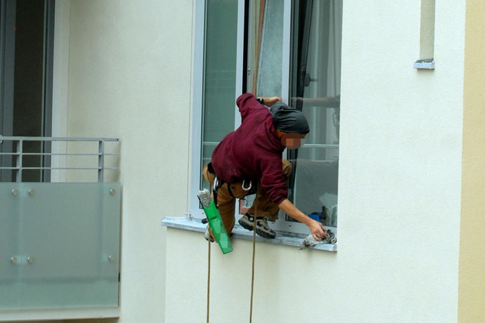 Frau stürzt beim Putzen aus dem Fenster und stirbt