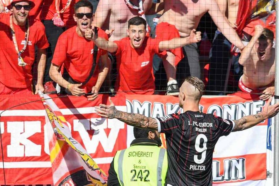 Sebastian Potter lässt sich von den mitgereisten Fans für seinen Treffer zum 1:0 feiern.