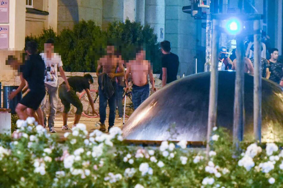 Aus einer Gruppe von 15 bis 20 unbegleiteten Asylsuchenden seien Flaschen und Steine in Richtung Rechte geflogen.
