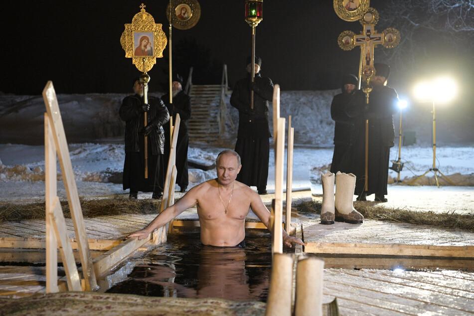 Alle Jahre wieder: Auch 2018 ließ sich Putin dabei filmen, wie er mitten im Winter im Eiswasser untertauchte, um das kirchliche Fest der Taufe Jesu zu feiern.