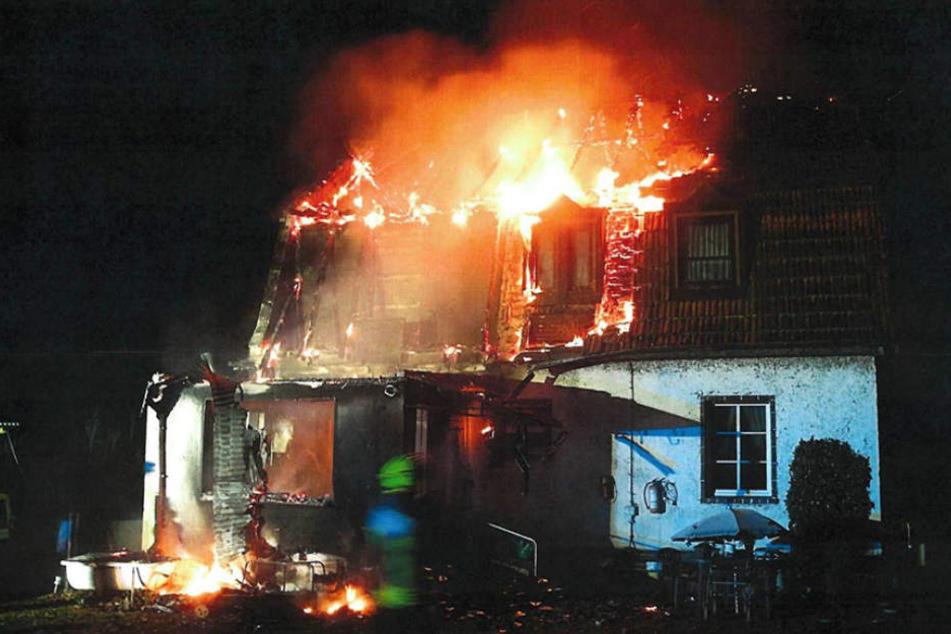 In dem lichterloh brennenden Haus in Plattenburg starben zwei Bewohner.