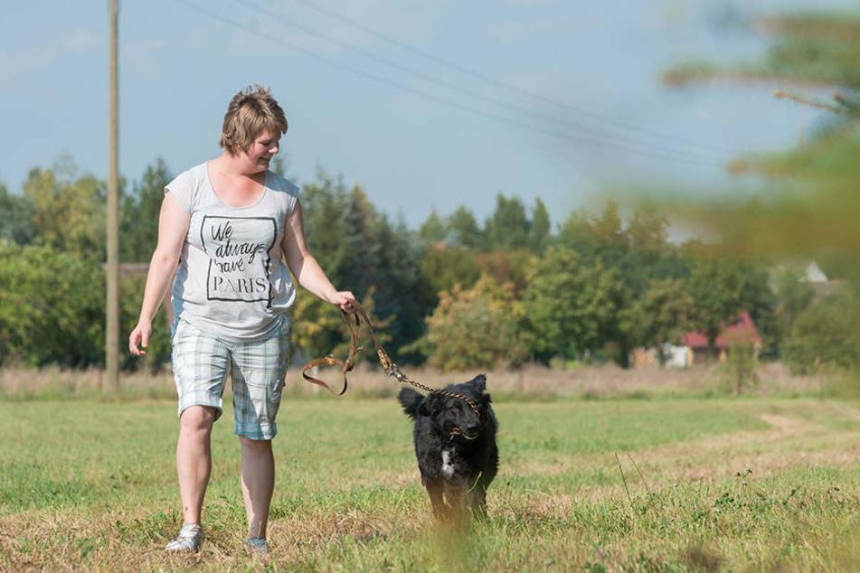 Endlich wieder Puste für lange Spaziergänge! Nancy Lehmann streift mit ihrer  Hündin Lucy über die Wiesen rund um ihr Heimatdorf.