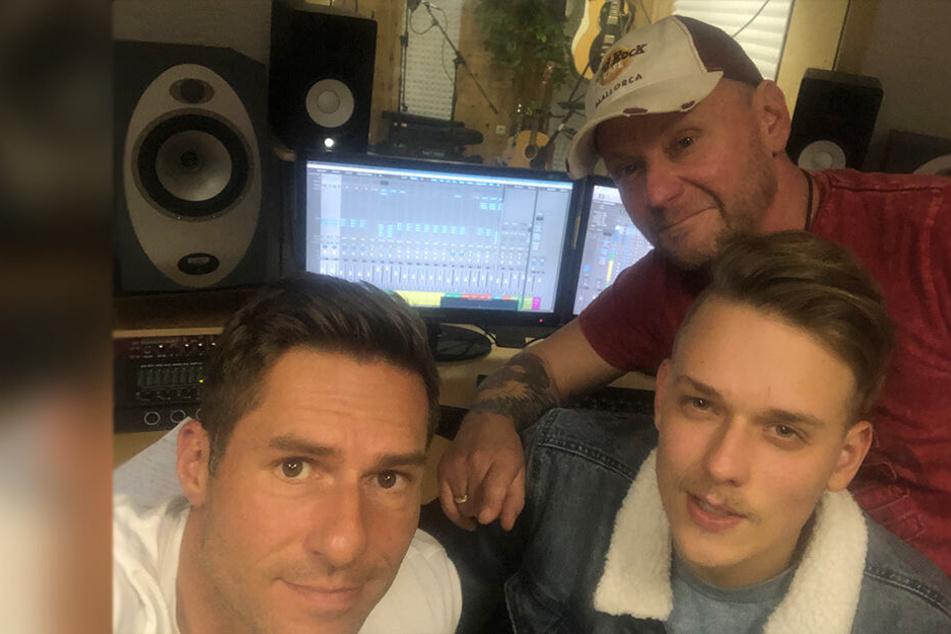DJ Engel B. alias Falk Engert (52) und sein Sohn Max (21) haben mit Produzent Mikro Süß (47) ihren ersten gemeinsamen Weihnachtssong aufgenommen.