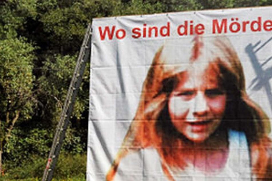 Im Rahmen der Ermittlungen bauten Polizeibeamte auch ein großes Plakat auf, mit dem zu Hinweisen im Mordfall der kleinen Johanna aufgerufen wurde.