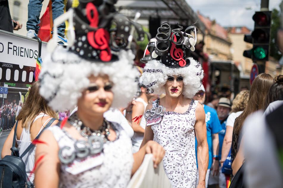 """Unter dem Motto """"Mut zur Freiheit"""" ziehen Teilnehmer bei der Parade zum Christopher Street Day (CSD) durch die Innenstadt von Stuttgart. Die Polit-Parade steht für die Rechte der Schwulen, Lesben, Bisexuellen und Transgender."""