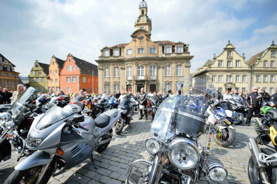 Zahlreiche Motorradfahrer stehen mit ihren Motorrädern auf dem Marktplatz vor dem Rathaus in Schwäbisch Hall. (Symbolbild)