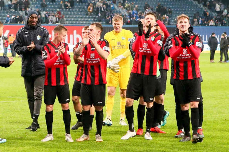 Freudestrahlend bedankten sich die CFC-Kicker nach dem Erfolg bei den mitgereisten Fans.