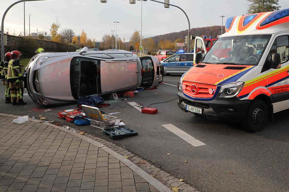 Der Opel kippte bei dem Unfall auf die Seite. Die Feuerwehr musste die Insassen befreien.