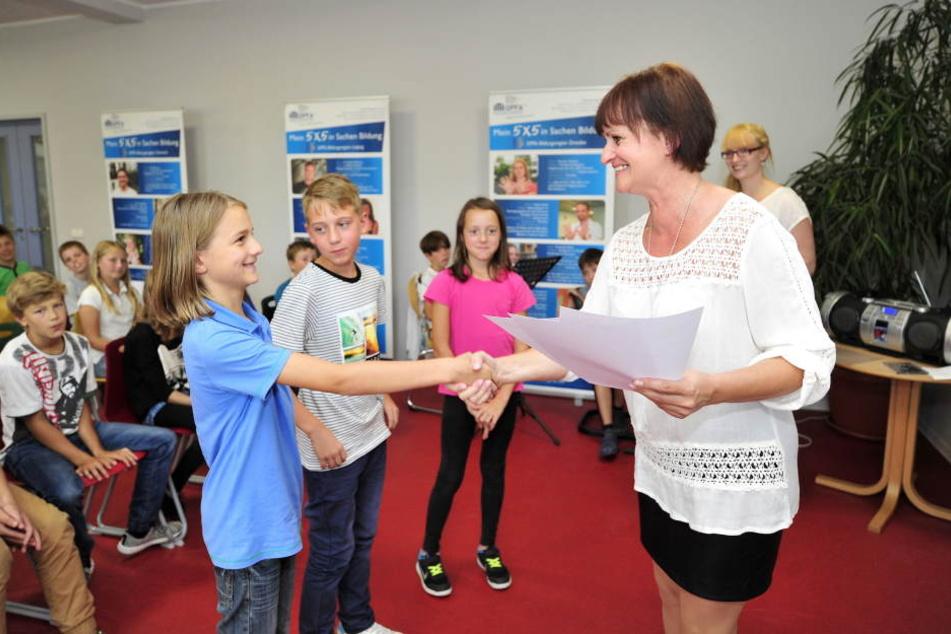 Schulleiterin Ulrike Schindler (51) begrüßte gestern ihre neuen Schützlinge in  der Regenbogen-Oberschule.