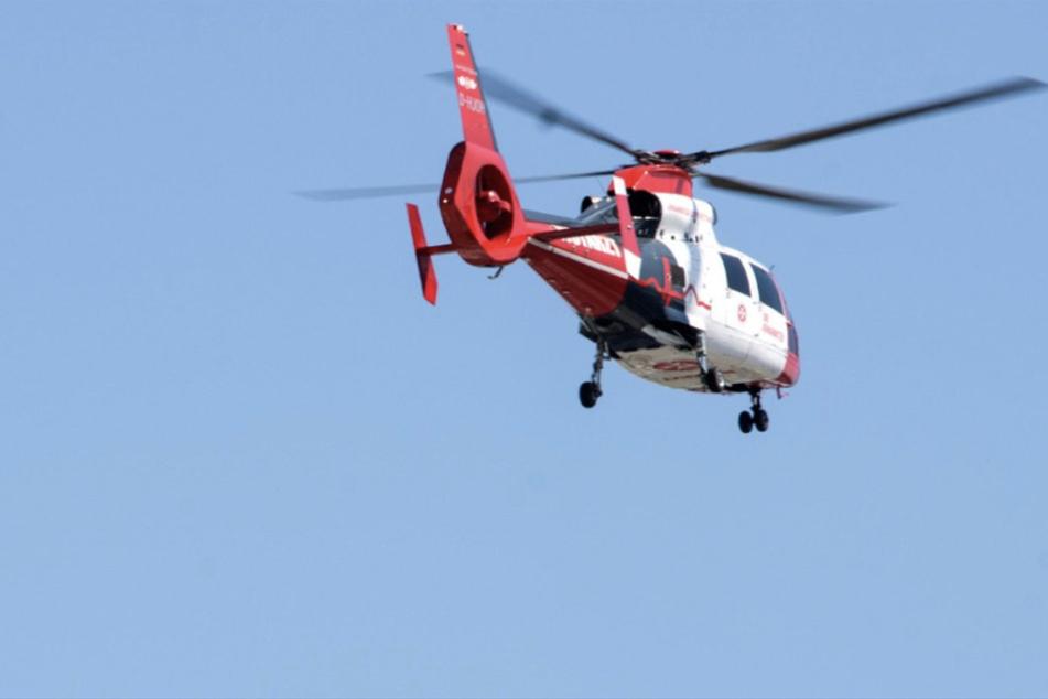 Ein Rettungshubschrauber brachte die schwer verletzte Beifahrerin des Unfallverursachers ins Krankenhaus. (Symbolbild)