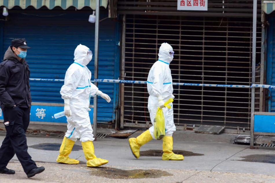 Arbeiter in Schutzkleidung mit einer Tasche.