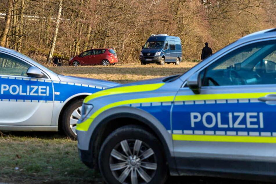 Polizeiautos sperren den Tatort ab.