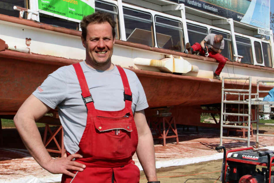 Vor Verschrottung gerettet: Meister Kanute Dirk Hoffsky macht die MS Cospuden fein