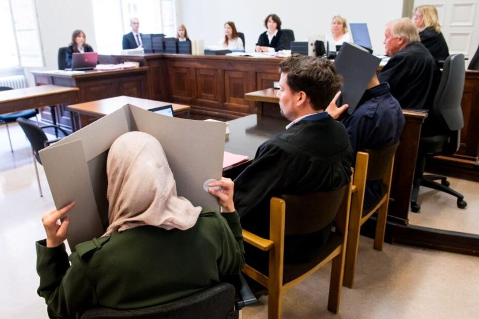 Die Eltern des toten Babys sitzen im Gerichtssaal neben ihrem Anwalt (2.v.l).