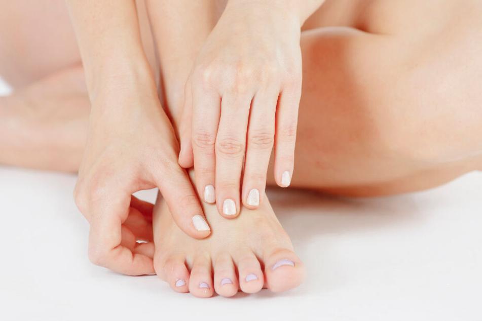 Nagelpilz ist besonders an den Fußzehennägeln zu beobachten. (Symbolbild)