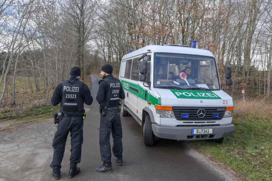 Polizisten auf der Suche nach Rebecca am Herzberger See im Landkreis Oder-Spree.